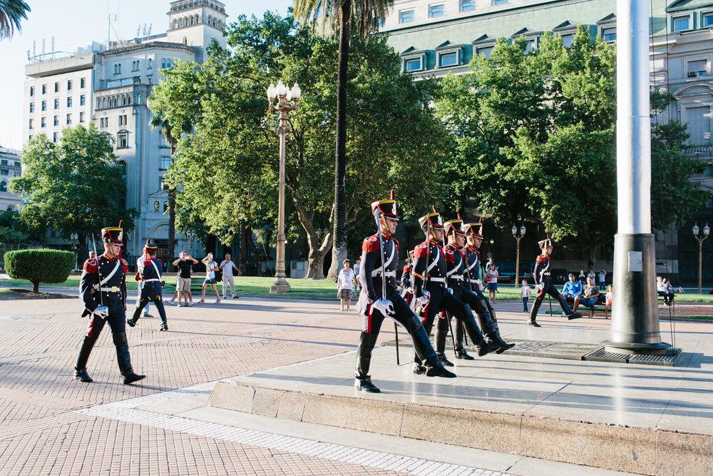 Troca da Guarda na Plaza de Mayo em frente a Casa Rosada