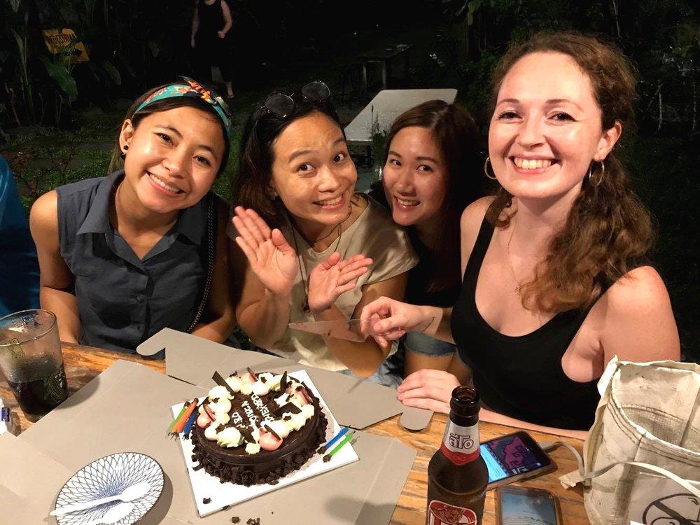 As amigas do hotel fizeram festinha surpresa de aniversário pra mim
