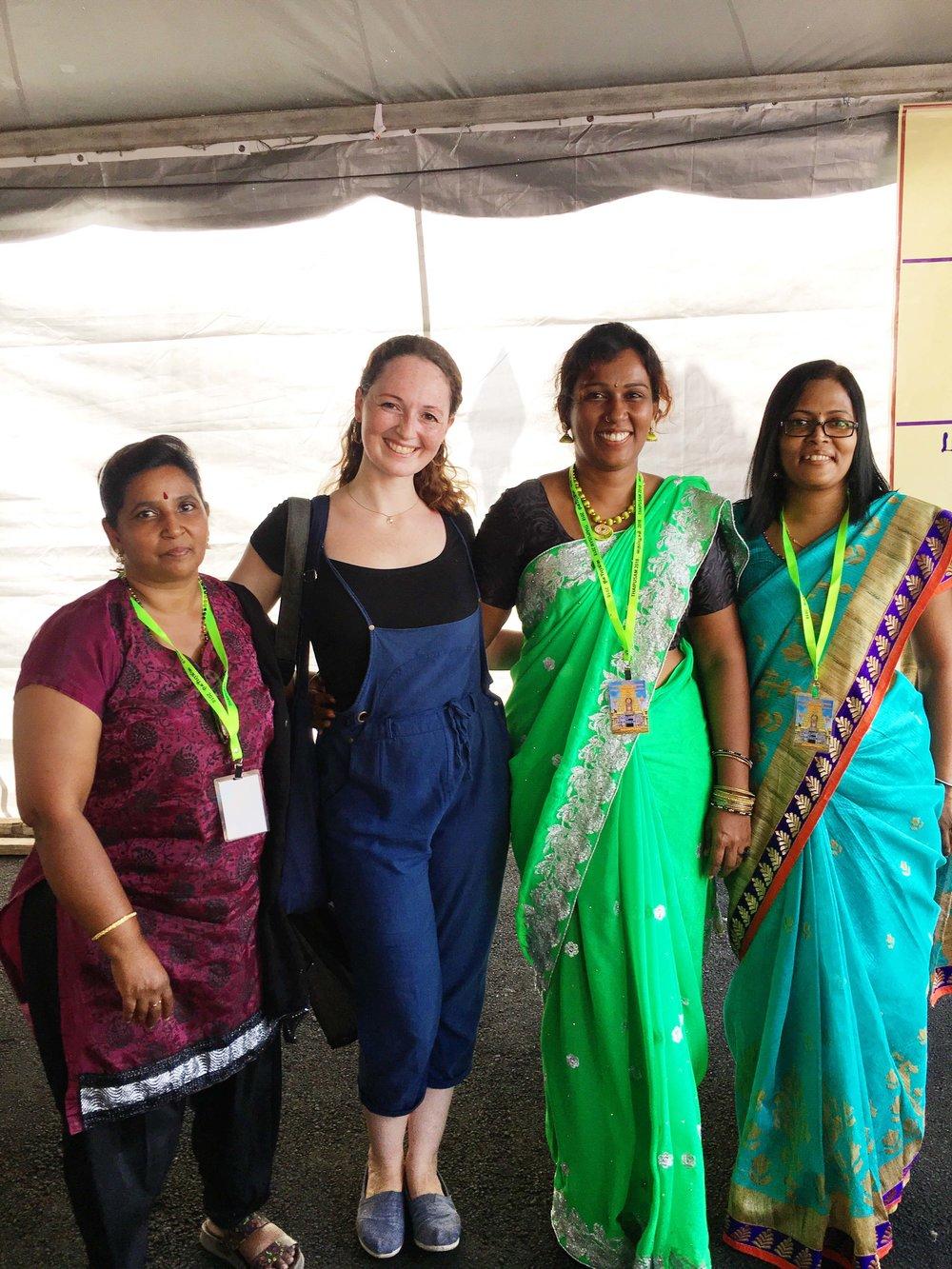 As mulheres que estavam na entrada do Waterfalltop Hill Temple e dedicaram um tempo para me explicar o festival Thaipusam inteiro