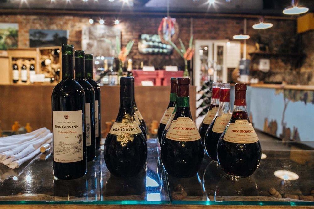 O vinho da direita é de 1994.