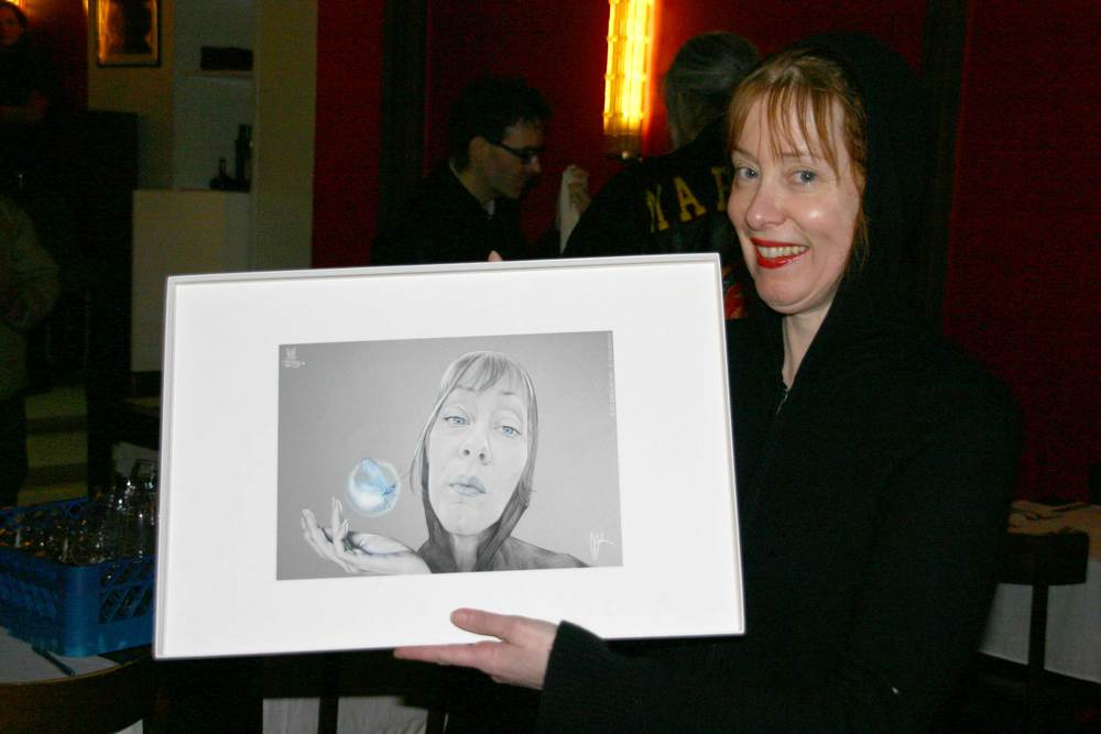 Suzanne Vega with her portrait/caricature