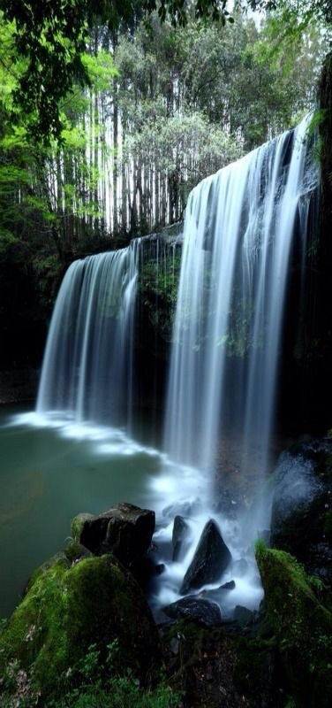 Nabegataki-Falls in Kumamoto, Japan by Ken Shimo. The waterfalls remind me of the textured, multi layered chains.