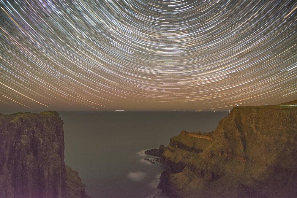 Causeway cliff aurora star trails (Large).jpg
