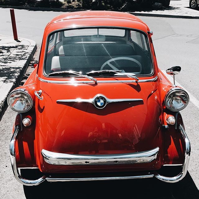 Came across this little cutie on the way to lunch. ❤️ #vintagecars #isetta