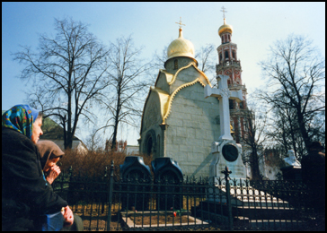 364 Mourners at Moscow cemetery 960419KE13