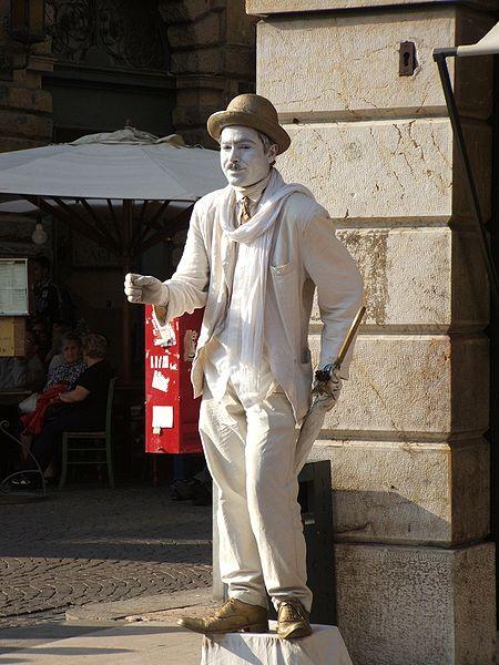 450px-Verona_-_Artista_di_strada_in_veste_di_Charlot-Chaplin