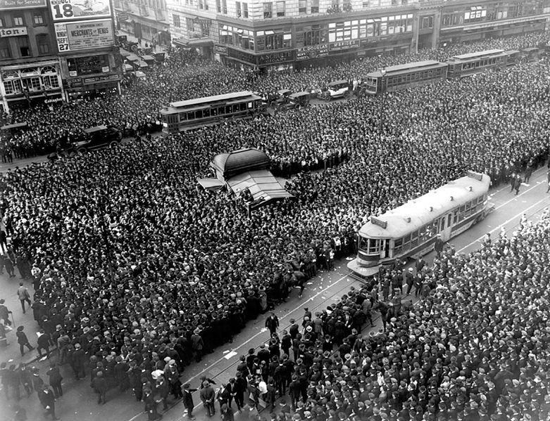 781px-Crowd_gathers_for_updates_to_1920_World_Series