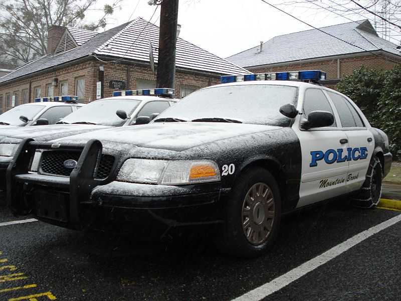 800px-MountainBrookPoliceCar-Snow
