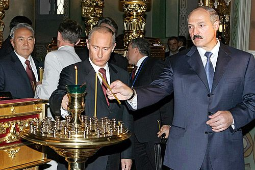 PutinLukashenkoLightingCandles