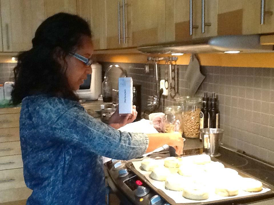 Eleni bakar kanelbullar i Helena och Kenneths kök.