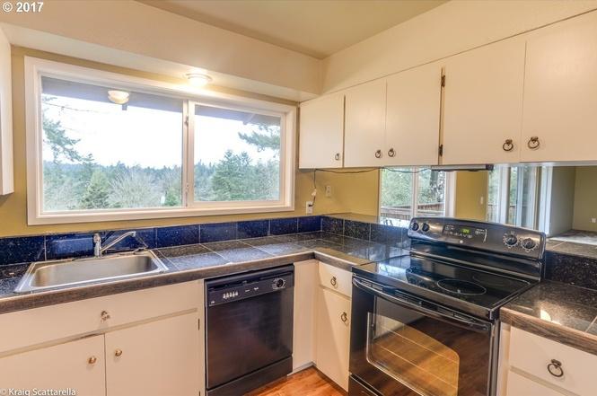 9105 Kitchen.jpg