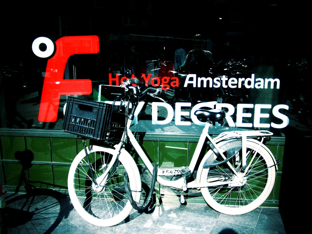 Forty Degrees even looks the part of the quintessential Amsterdam yoga shop from the exterior