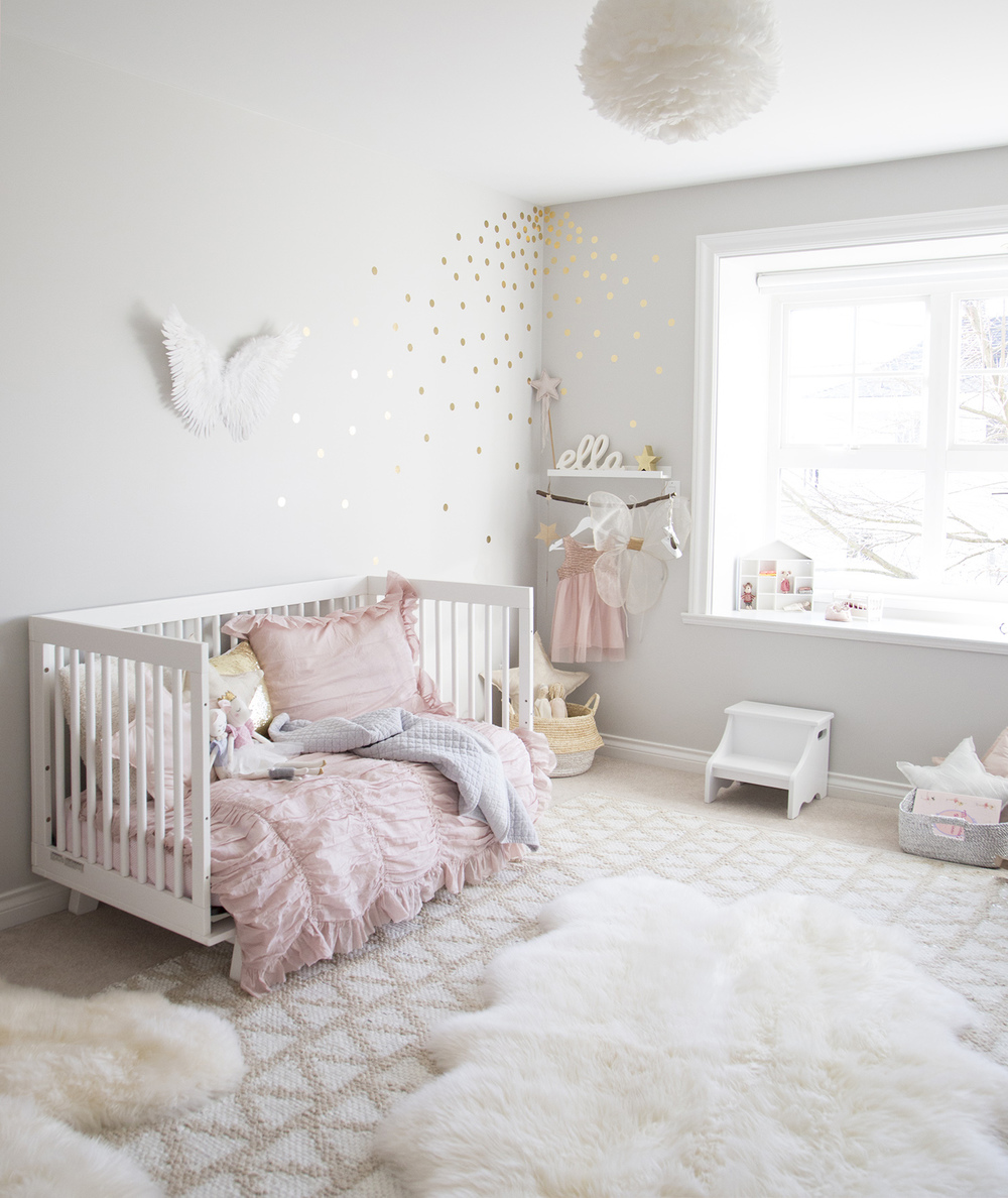 Ella 39 s soft pink and gold toddler room winter daisy for Chambre blanche et rose pale