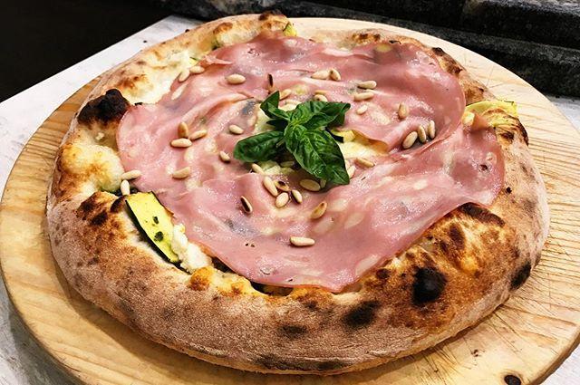 """Questa è """"Hermione"""" fa parte delle pizze del mese di Giugno. Fior di latte, ricotta, pesto fresco, pinoli tostati, zucchine al vapore, mortadella Bologna IGP e basilico. Vi aspettiamo!! #totopeppino"""