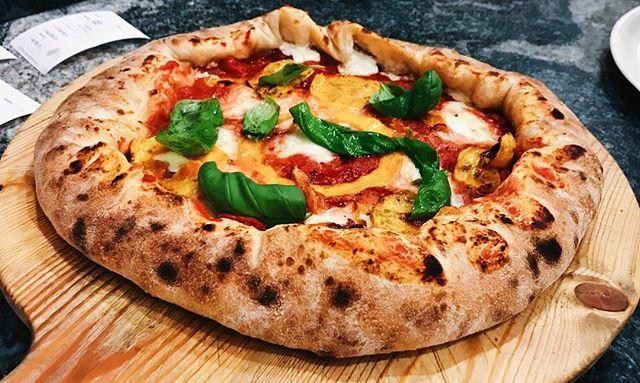 """Questa è il tagliere x1 del mese gusto """"Eleven"""". Pomodoro San Marzano, mozzarella di bufala DOP, zucca grigliata e basilico. Con cornicione ripieno di ricotta di bufala DOP e pomodorini secchi. 🍕🍕😄"""