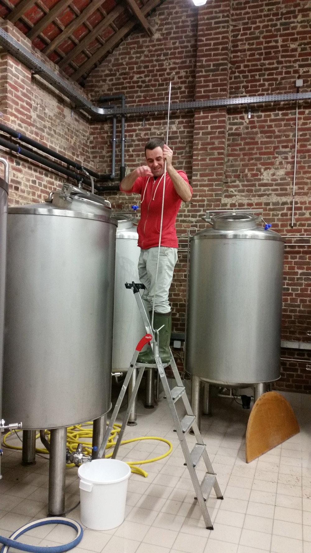 Ajout d'un dé dans la cuve de fermentation avant le transfert du moût.