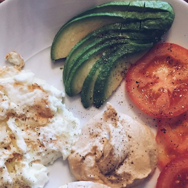 shannonvittoria Eggs, avo, hummus, and tomatoes. Just another meatless Monday.