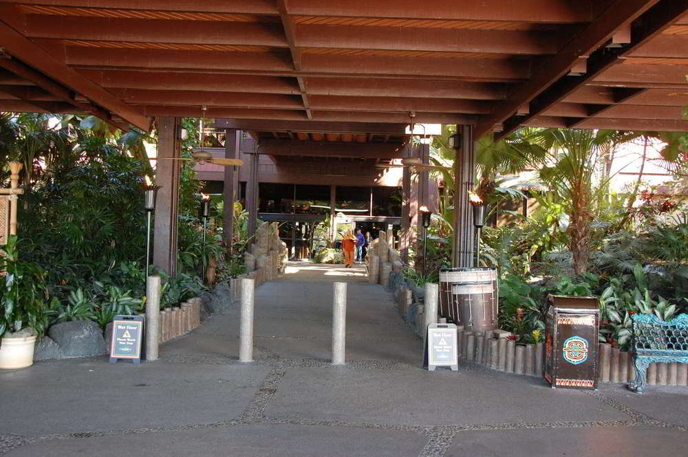 Disneys-Polynesian-Village-Entrance (2).jpg