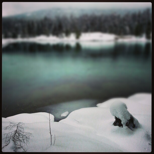 Snowshoeing by Gold Creek Pond near Snoqualmie summit. #snow #water #ice #snowshoeing #washington    (at Gold Creek Pond)