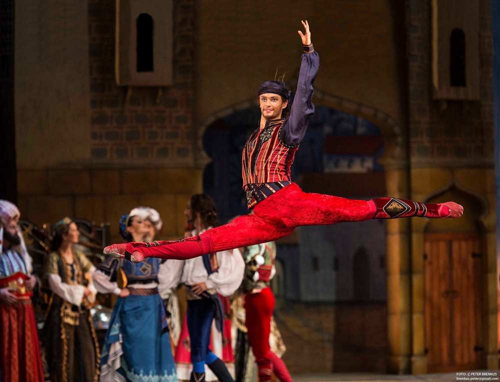 Dominic Ballard in Le Corsaire  Photo: Peter Brenkus