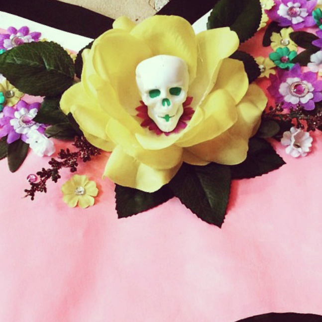 some detail from the centrepiece of the MOM heart, I added this hand painted mini skull to complete the composition of hand painted flowers with a mild breeze of cool factor