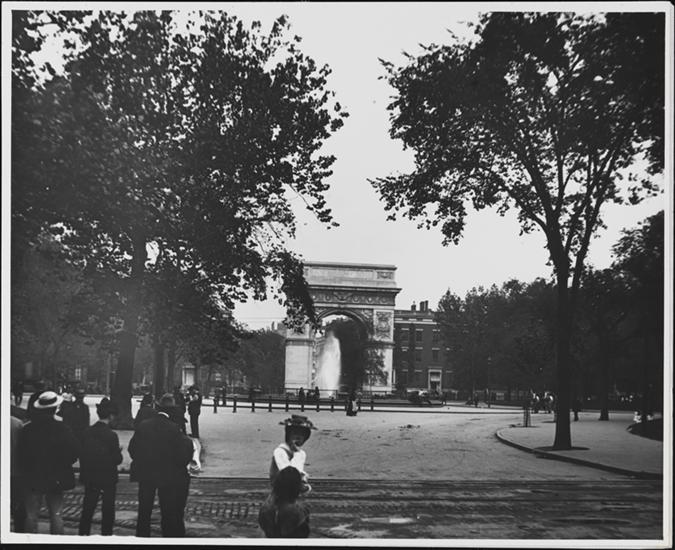 Washington Square Park, looking north toward arch., Photographed by Camera Club member Robert L. Bracklow ca. 1900 Museum of the City of New York 93.91.178