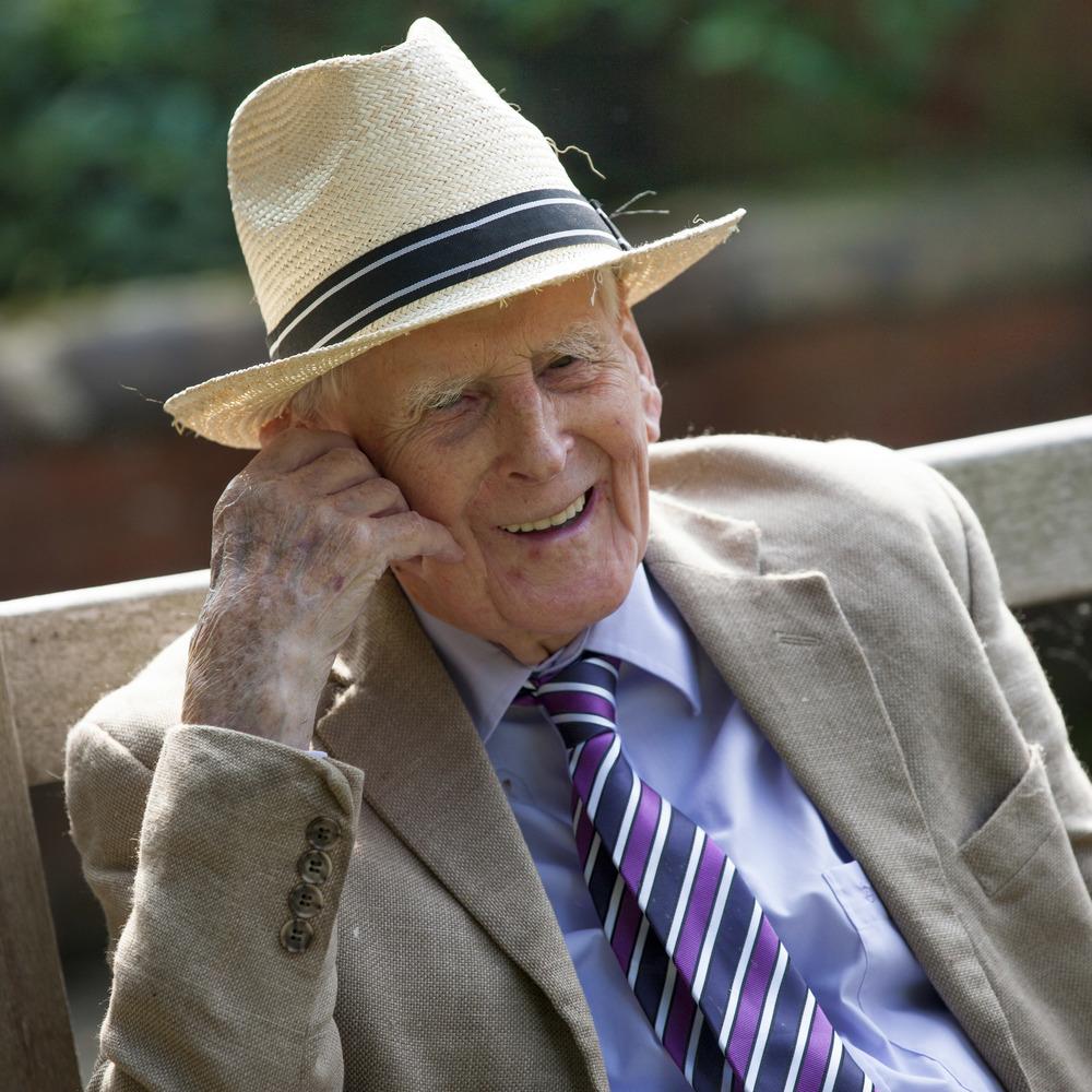 Elderly gentleman in straw hat_Original_3485.jpg