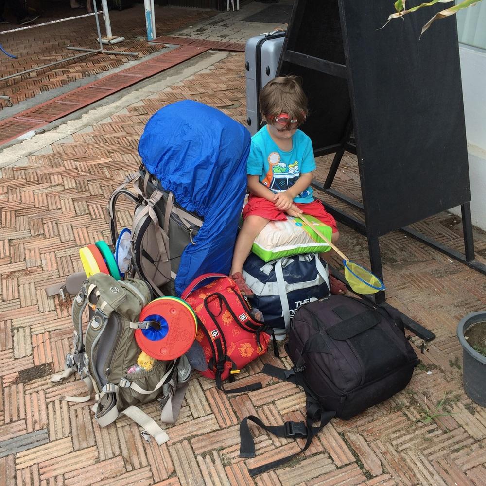 Warten auf die Fähre und unser Gepäck