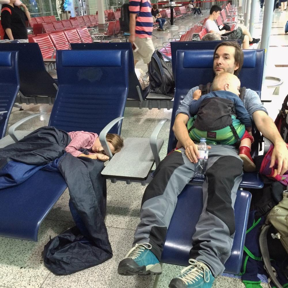 Auf dem Flughafen von Dubai hat uns die Erschöpfung eingeholt