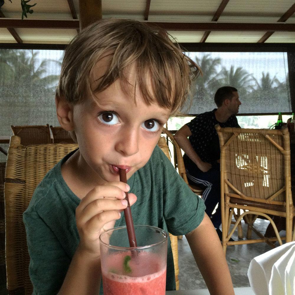 Moritz geniesst einen Erdbeershake