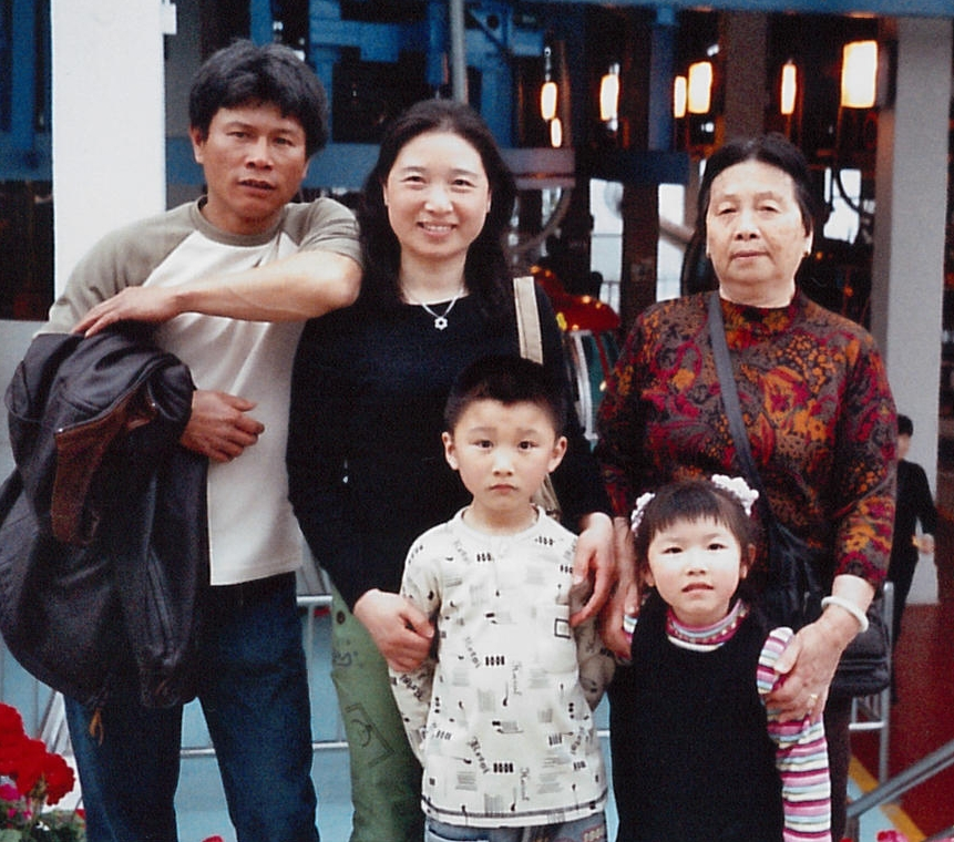 Wan Qing with her husband, mother, and two children - Simon & Nancy - when they were younger.