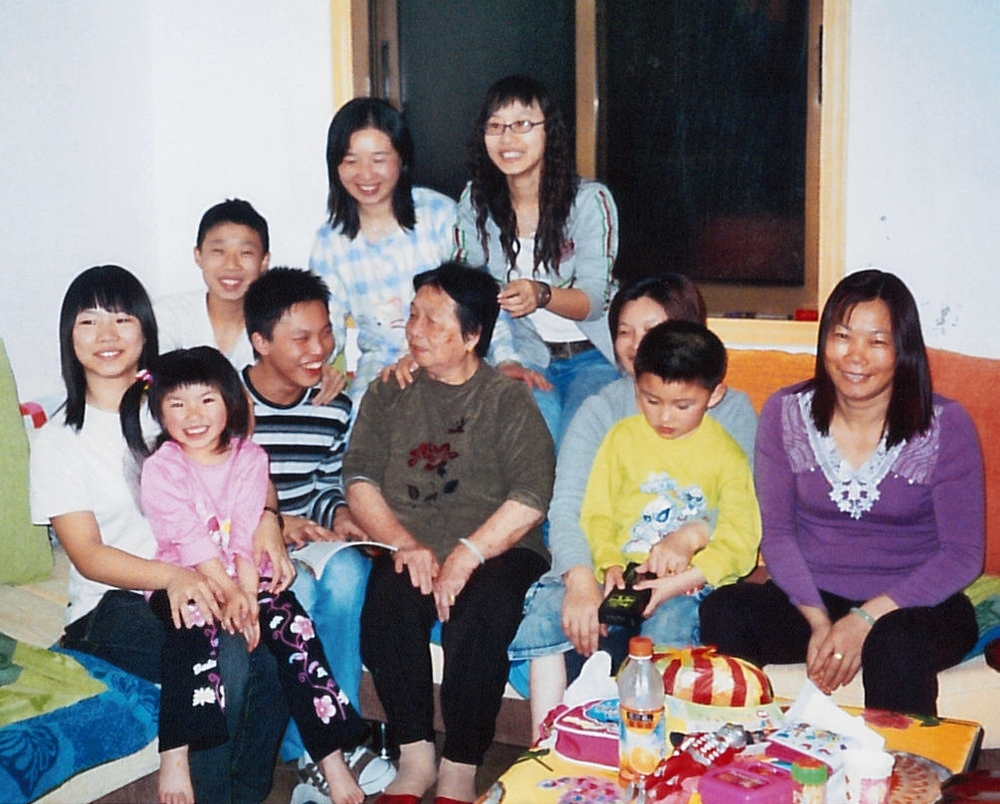 Wan Qing with her mother, sister, sister-in-law and nieces & nephews.
