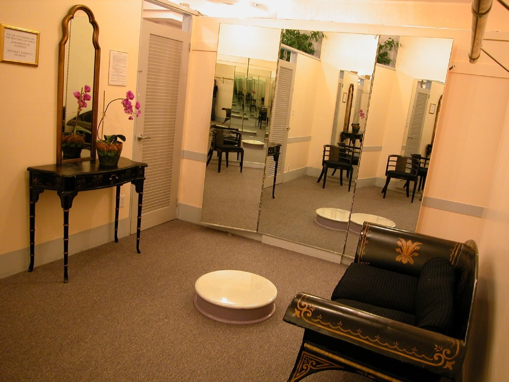 8 KLEINFELD LARGE DRESSING ROOM.JPG