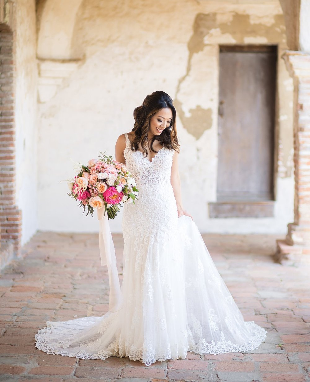 Photo: Brian Leahy Photography // Venue: Serra Plaza // Bouquet: Three Petals Floral Design