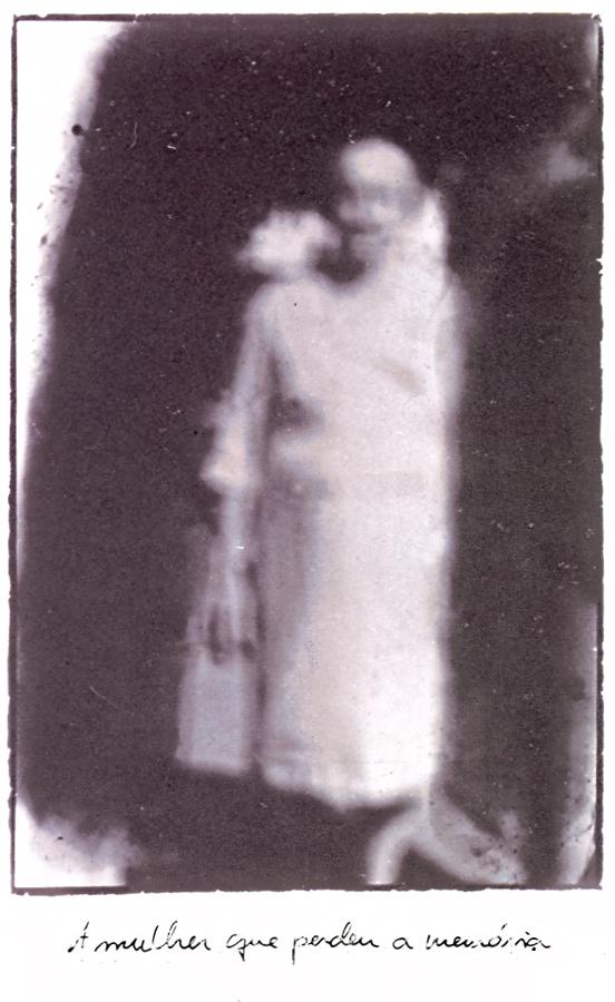 Reprodução da fotografia  A mulher que perdeu a memória  (1988), de Rosângela Rennó.  Série:  Pequena ecologia da imagem .