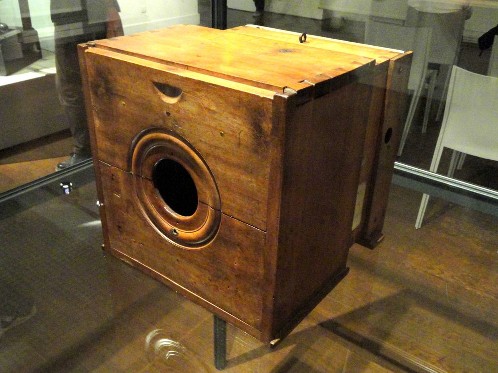 Câmera escura de Niépce, c. 1820-1830 - Musée Nicéphore Niépce (Imagem retirada daqui.)