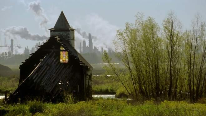 Igreja contraposta a paisagem industrial em True Detective