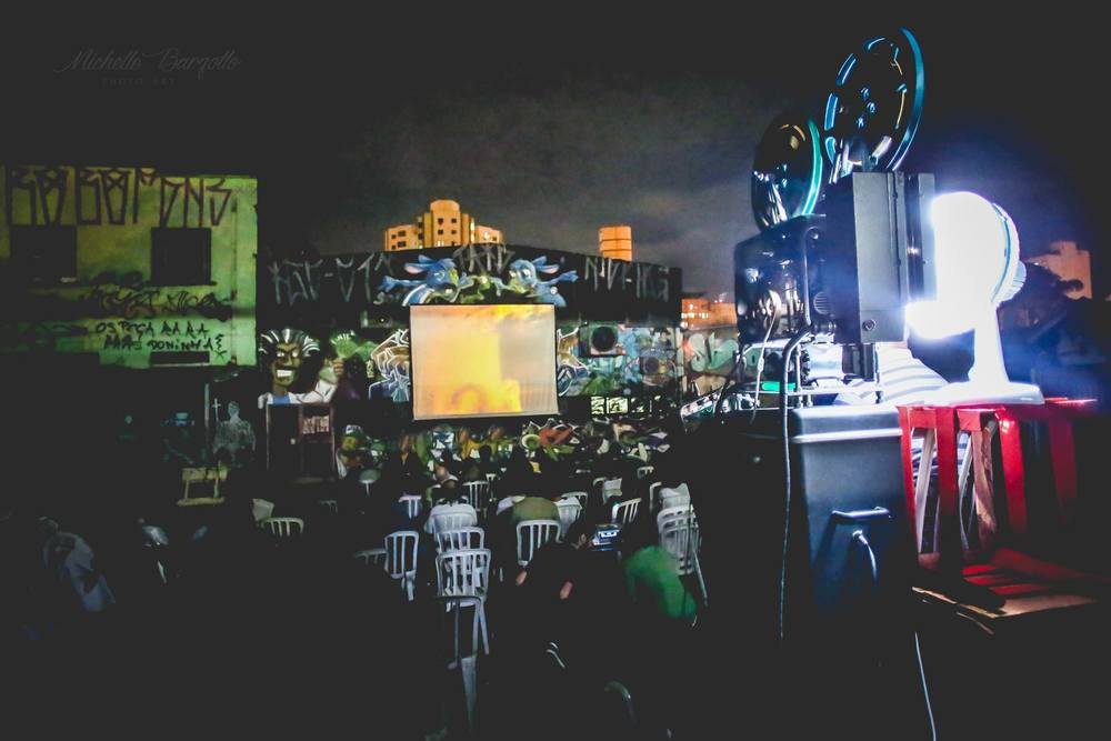 Uma bela fotografia de Michelle Barzotto que registra a beleza da projeção dos filmes da Canyon Cinema ao ar livre, no Beco da Codorna