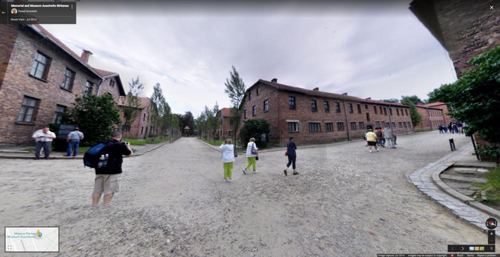 Captura de tela de fotografia em 360 graus, feita por Paweł Kowalski, em uma visita ao Museu de Auschwitz, em julho de 2014, tal como aparece a partir do Google Street View