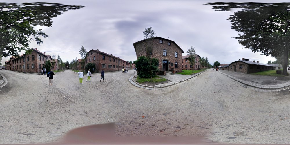 A fotografia de Pawel Kowalski em sua versão original, que pode ser visualizada corretamente por meio de aplicativos capazes de exibir de registros em 360 graus (basta baixar o  arquivo ). É interessante pensar, ao mesmo tempo, nos efeitos inesperados da visualização da fotografia em 360 graus como uma imagem plana: os borrões, os  glitchs , as asperezas, as distorções…