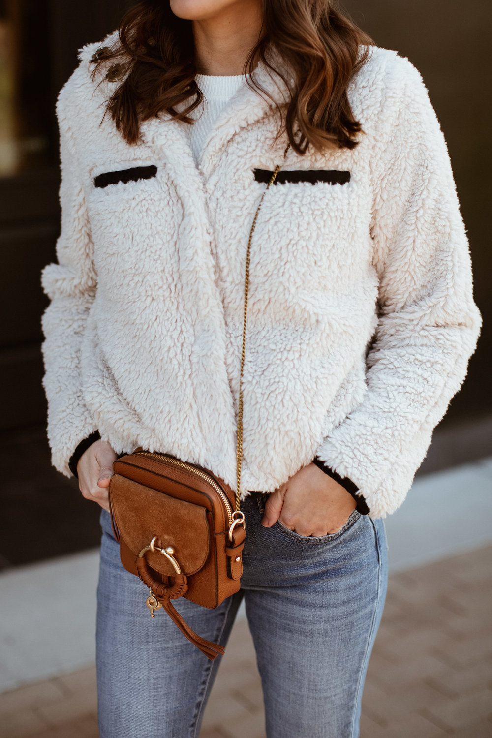 casual style with creamy white shearling jacket | www.girlmeetsgold.com
