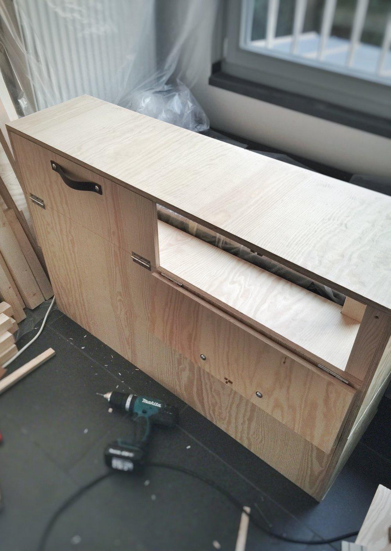 Ledergriffe zum Öffnen der Schrankklappen finde ich simpel und schön. Der untere Teil des Schrankes wird später verdeckt von der Bettkonstruktion und Matratze