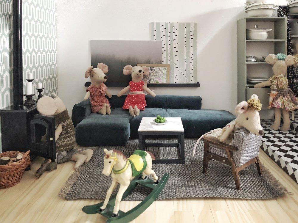 Im Wohnzimmer meine Miniatur-Samt-Version des  Mags-Sofas von HAY