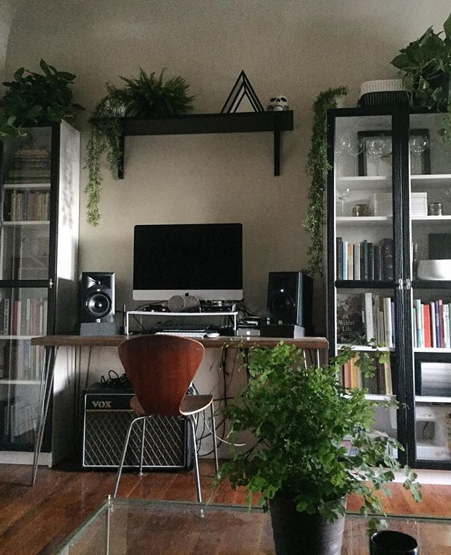 All the plants. 🌿All the books.📓 Two of the most important things in any home (after something cooking in the kitchen of course 😊) #interiordesign #homedecor #blackandwhite #homelibrary #houseplants