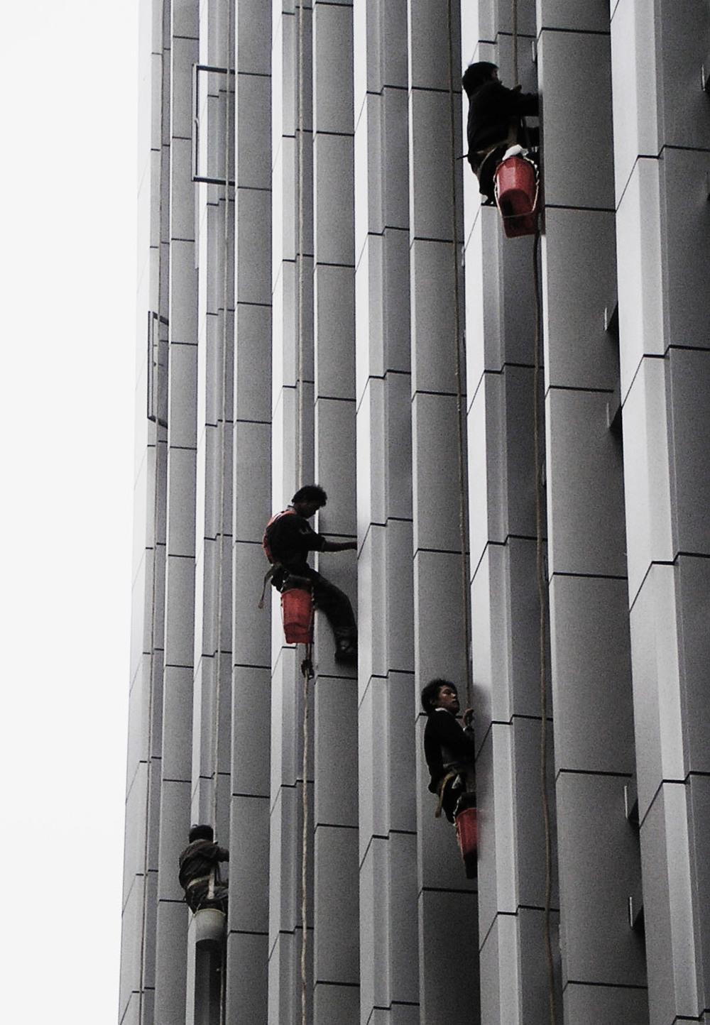 Fönsterputsare på skyskrapa... ingen höjdskräck, nej nej.