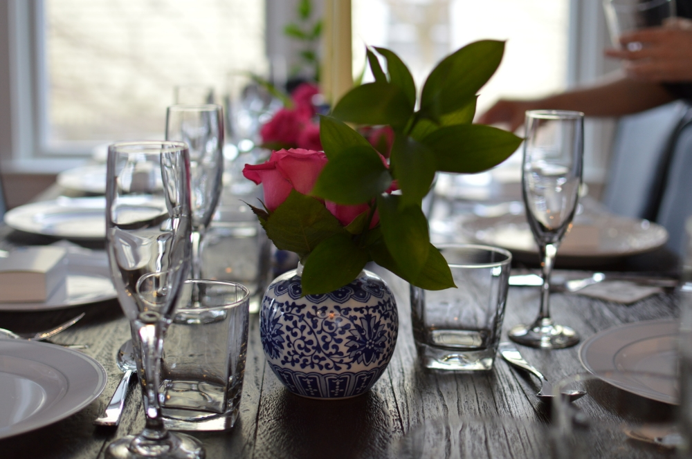 interior-design-rustic-ginger-pot-with-roses-tablescape-brunch