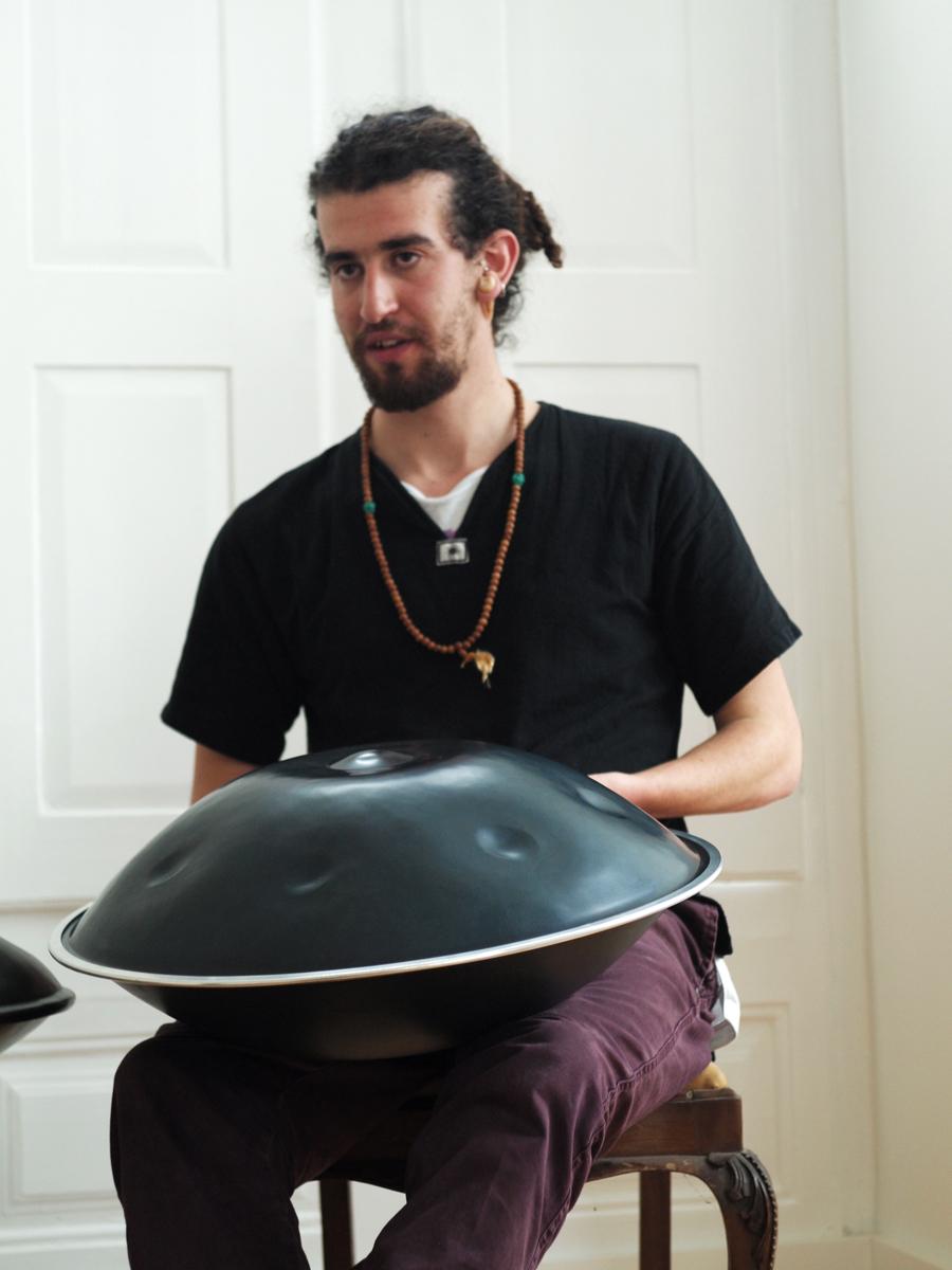 (Kabeção Rodrigues em recolha de entrevista para Arquivo Mural Sonoro, instrumento: 'handpan', embora também haja quem designe de 'hang drum'), Foto: Hugo Valverde)