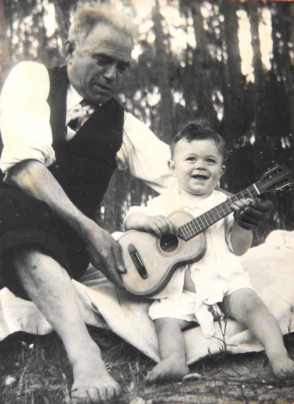 Raul Simões e o neto Fernando em 1955