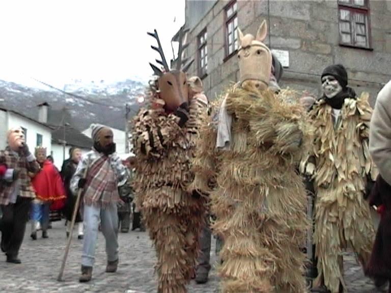 FIG. 5. Máscara de Costinha, 2003* FIG. 6. Máscaras da colecção da Casa do Povo*