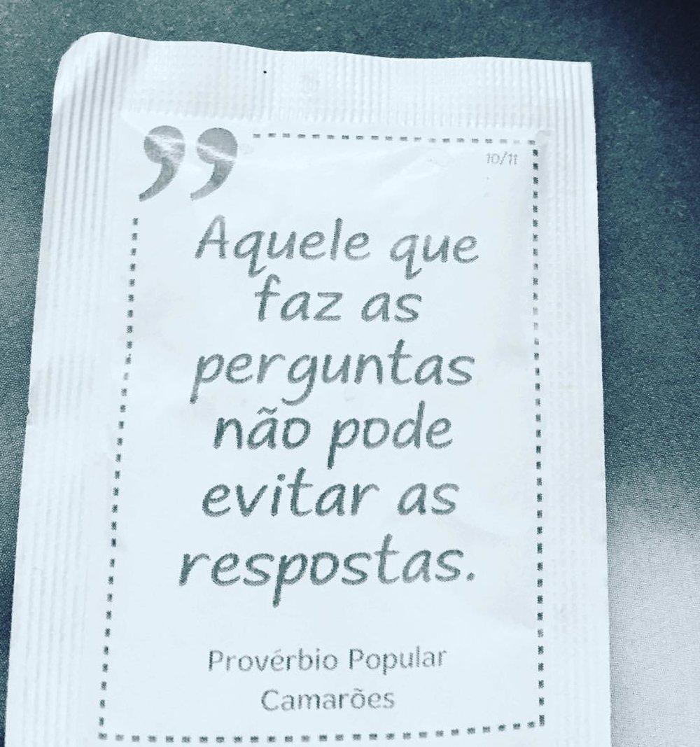 provérbios populares inscritos em pacotes de açúcar, servidos durante a bica em Portugal